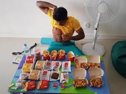 jeux de cuisine frite un athlète engloutit 6 hamburgers des frites des nuggets et des