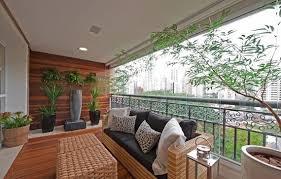 canapé balcon jardin vertical balcon vitré succulentes fougères balcon bois