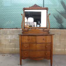 get a perfect vintage look in your bedroom with antique dresser