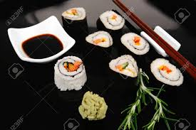 cuisine traditionnelle japonaise rouler avec fromage à la crème de concombre au thon cru et saumon à