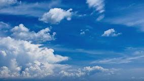 imagenes hermosas que se mueben nubes de cúmulo blancas hermosas que se mueven en cielo azul metraje