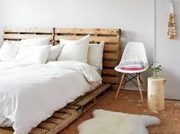 lit avec des palettes tête de lit 25 idées pour une tête de lit originale elle
