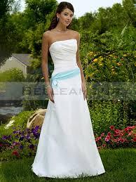 robe de mari e bleue de mariée blanche bande bleu bustier simple longue a ligne traîne