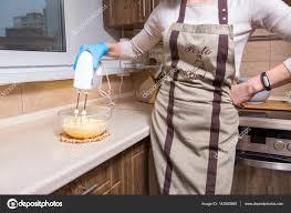 cuisine sans sucre femme faisant dessert cheesecake sur sa cuisine sans sucre santé