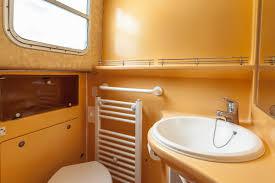 salle de bain de bateau location penichette 1400 fb pour navigation fluviale locaboat
