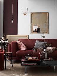 dans le canapé la teinte marsala habille le canapé dans le salon pour une déco