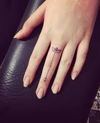 finger tattoo faszinierende ideen für beliebte motive mit toller