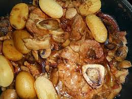 cuisiner un jarret de veau recette de jarret de veau aux lard et chignons