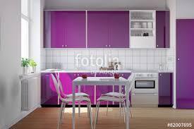 küche lila kleine küche mit lila küchenzeile stockfotos und lizenzfreie