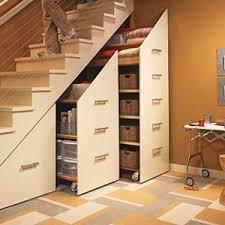 schrank unter treppe schrank in der dachschräge ergonomisch untergebracht dachboden