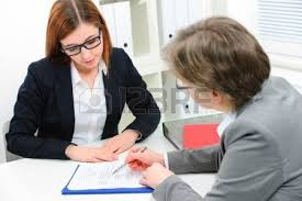 emploi de bureau femme de discuter au cours d une entrevue d emploi au bureau