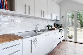 credence cuisine metro carrelage métro blanc dans la cuisine et la salle de bains