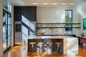 tendance credence cuisine design interieur crédence cuisine marbre blanc tabourets bois