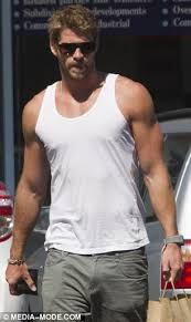 liam hemsworth leaves his car parked at miley cyrus u0027 home as
