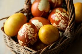 dolce fooda naturally dyed and decorated easter eggs using onion