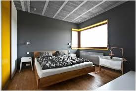 chambre a coucher gris et idee peinture murale grise chambre coucher jaune grand lit coussins