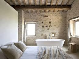 dans une chambre une salle de bains dans la chambre joli place