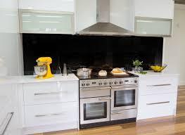 cuisine falcon cuisine blanche chrome et parquet avec le piano de cuisson falcon