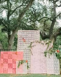 quilt wedding backdrop diy paper wedding backdrops via brit co paper chip garland oh