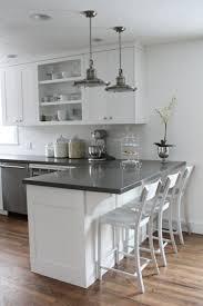 cuisine blanche parquet amenagement cuisine blanche et gris sol en parquet