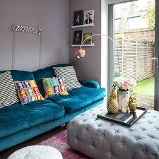 canape bleu un salon original qui ose le canapé bleu et les influences pop