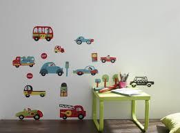 stickers muraux chambre garcon des stickers muraux motifs petites voitures pour enfants leroy