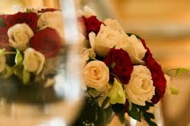 Gambar menanam daun bunga merah kuning pernikahan merapatkan