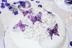hochzeitstorte schmetterling wei hochzeitstorte mit lila schmetterling dekoration lizenzfreie