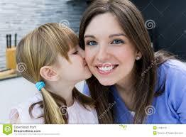 maman baise en cuisine enfant donnant un baiser à sa mère sur la joue photo stock image