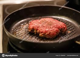 cuisiner les chignons de a la poele galette de viande haché dans une poêle à frire photographie