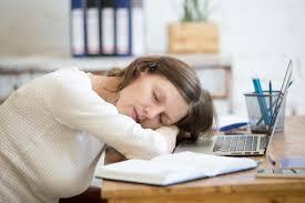 sur le bureau femme endormie sur le bureau télécharger des photos gratuitement