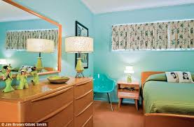 A Salmoncoloured Carpet Avocado Green Bed Cover And Blonde Wood - Mid century modern blonde bedroom furniture