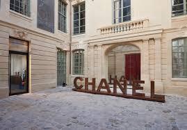 chanel opens pop up stores in le marais paris
