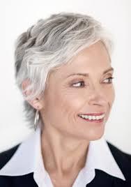 coupe pour cheveux gris coupe courte pour femme de 50 ans aux cheveux gris
