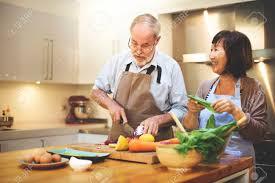 cuisine en famille couples de cuisine aînés cuisine nourriture bonheur famille frais