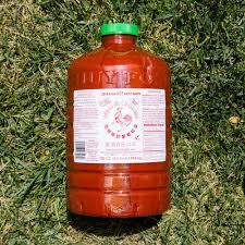 sriracha bottle sriracha chili sauce 136oz huy fong foods sriracha2go