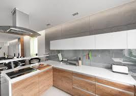 spritzschutz küche weiße arbeitsplatten grifflose eichenholzfronten und glas