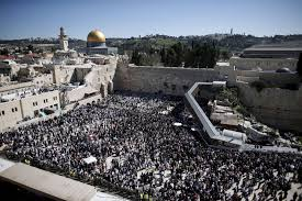 75 000 flock to western wall for passover priestly blessing