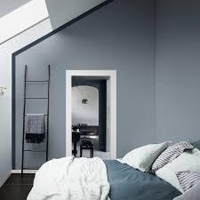 peinture chambre bleu et gris un mur bleu gris associé à un liseré bleu profond dans une chambre