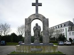 high court orders removal of cross above statue of pope