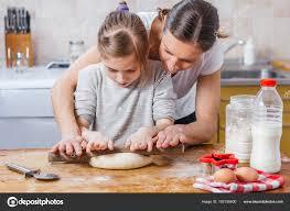 cuisine a domicile mère fille faire pâte cuisine domicile photographie kerkezz