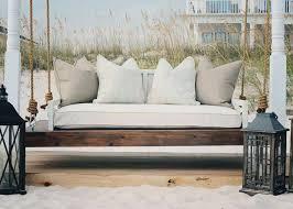 lit transformé en canapé transformer les espaces extérieurs grâce à un lit de jardin design