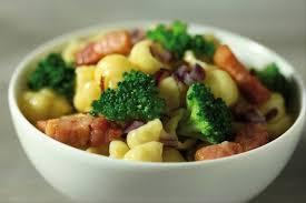 cuisiner du brocoli recette de gnocchi aux brocolis oignons rouges et lardons fumés