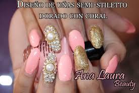 diseño de uñas punta almendra dorado con coral design of semi