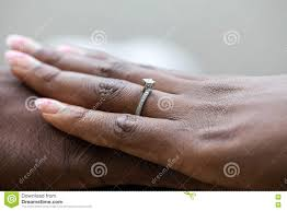an welcher trã gt den verlobungsring hände eines nigerischen paares sie trägt einen verlobungsring