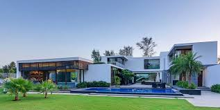 Contemporary Home With 4 Bdrms Contemporary New Delhi Villa With Amazing Courtyard And Water Features