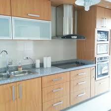 cocina decovicmaca en color haya natural y tope de granito blanco
