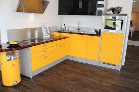 k che gelb ausstellungsküche mit attraktiven farbakzenten in gelb und braun