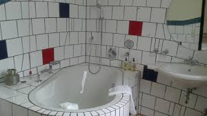 hundertwasser badezimmer badezimmer mit badewanne in der waldhofhaus suite picture of