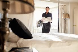 hotel femme de chambre toile de transport de femme de chambre dans la chambre à coucher d
